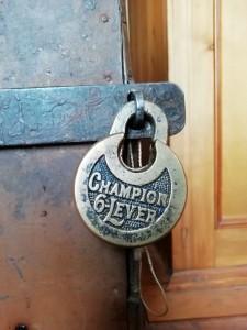Замок, как и прежде, выполняет свою функцию и запирается на ключ.