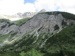 В структуре гор отчетливо видны слои донных отложений, ведь сотни миллионов лет назад здесь было море.